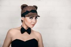 Piękna dziewczyna w wizerunku kot, pracowniany portret zdjęcia royalty free