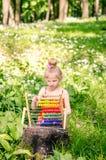 Piękna dziewczyna z abakusem w lesie Zdjęcia Stock