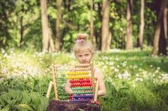 Piękna dziewczyna z abakusem w lesie Zdjęcie Stock