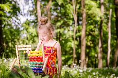 Piękna dziewczyna z abakusem w lesie Zdjęcie Royalty Free