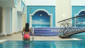 Piękna dziewczyna z basenu Zdjęcia Stock