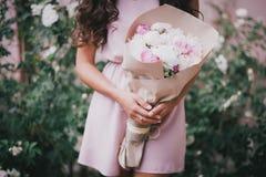 Piękna dziewczyna z bukietem peonie Zdjęcie Stock