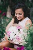 Piękna dziewczyna z bukietem peonie Obrazy Royalty Free
