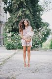 Piękna dziewczyna z bukietem peonie Fotografia Royalty Free
