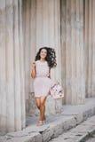 Piękna dziewczyna z bukietem peonie Zdjęcia Stock