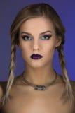 Piękna dziewczyna z ciemnymi purpurowymi wargami Fotografia Royalty Free