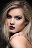 Piękna dziewczyna z ciemnymi purpurowymi wargami Obraz Royalty Free