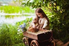 Piękna dziewczyna z królikiem w drewnach Obrazy Stock