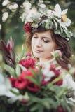 Piękna dziewczyna z kwiatami Zdjęcia Stock