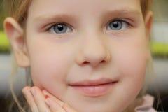 Piękna dziewczyna z niebieskimi oczami Fotografia Royalty Free
