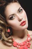 Piękna dziewczyna z perfect skóry i wieczór makeu Zdjęcie Royalty Free