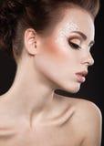 Piękna dziewczyna z perfect skóry i wieczór makeup Obrazy Stock