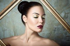 Piękna dziewczyna z perfect skóry i wina wargami Obrazy Royalty Free
