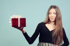 Piękna dziewczyna z prezentem. Zdjęcie Royalty Free