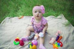 Piękna dziewczynka na zielonej trawie fotografia royalty free