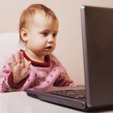 Piękna dziewczynka pracuje z laptopu Humorystycznym obrazkiem Zdjęcie Royalty Free