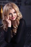 Piękna dziewczyny blondynki kobieta w shikranom czerni wieczór sukni na ciemnym tle Obrazy Stock
