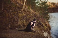 Piękna dziewczyny czarownica czaruje w drewnach Zdjęcia Royalty Free
