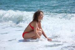 piękna dziewczyny morze siedzi kipiel Zdjęcie Royalty Free