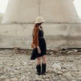 Piękna elegancka boho kobieta z kapeluszem, krana poncho i butami, Obraz Royalty Free
