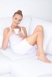 Piękna eleganckiej kobiety pije kawa Zdjęcie Stock