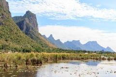 Piękna góra i jezioro z chmurnym niebem przy Khao Sam Roi Yod Zdjęcia Stock