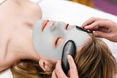 piękna gliniana facial maski kobieta Zdjęcie Royalty Free