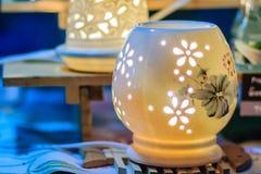 Piękna handmade ceramiczna lampa w kwiatów wzorach Ceramiczna lampa Zdjęcia Royalty Free