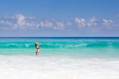 Piękna i seksowna blondynki kobieta w czerwonym bikini, turquise morze Fotografia Royalty Free