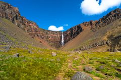Piękna i wysoka Islandzka siklawa Hengifoss, Iceland Zdjęcia Royalty Free