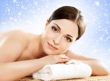 Piękna i zdrowa kobieta w zima zdroju salonie Obrazy Royalty Free