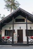 Piękna kobieta blisko domu zdjęcia stock
