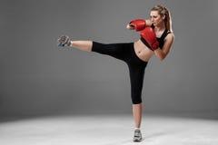 Piękna kobieta boksuje na szarym tle Obrazy Stock