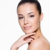 Piękna kobieta dba dla twarzy Obrazy Royalty Free