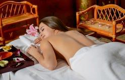 Piękna kobieta dostaje zdrój Zdjęcia Royalty Free