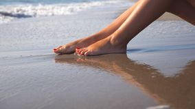 Pi?kna kobieta i?? na piechot? lying on the beach na piasku i relaksowa? blisko dennego brzeg M?odej kobiety obsiadanie na wybrze zdjęcie wideo