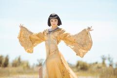 Piękna kobieta jak Egipska królowa Cleopatra dalej w pustynny plenerowym Zdjęcie Royalty Free