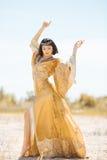 Piękna kobieta jak Egipska królowa Cleopatra dalej w pustynny plenerowym Zdjęcia Stock