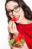 Piękna kobieta je truskawki z eyeglasses Fotografia Royalty Free