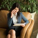 piękna kobieta jednostek gospodarczych Rozmowa telefoniczna dotyczy biuro Obrazy Royalty Free