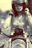 piękna kobieta jej motocykla Zdjęcie Royalty Free