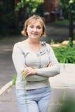 Piękna kobieta jest w parku Zdjęcia Royalty Free