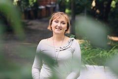 Piękna kobieta jest w parku Fotografia Royalty Free