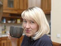 Piękna kobieta Ma herbaty Fotografia Stock