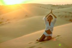 Piękna kobieta medytuje w pustyni Zdjęcie Royalty Free