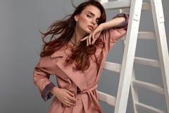 Piękna kobieta, mody dziewczyna W Modnych ubraniach W studiu Fotografia Royalty Free