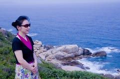 Piękna kobieta morzem Zdjęcia Royalty Free