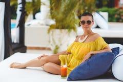 Piękna kobieta na tropikalnym kurorcie Zdjęcia Stock