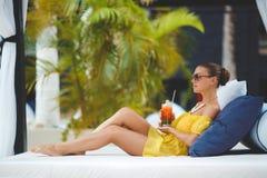 Piękna kobieta na tropikalnym kurorcie Zdjęcia Royalty Free