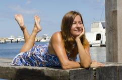 Piękna kobieta na wakacje przy morzem Fotografia Royalty Free